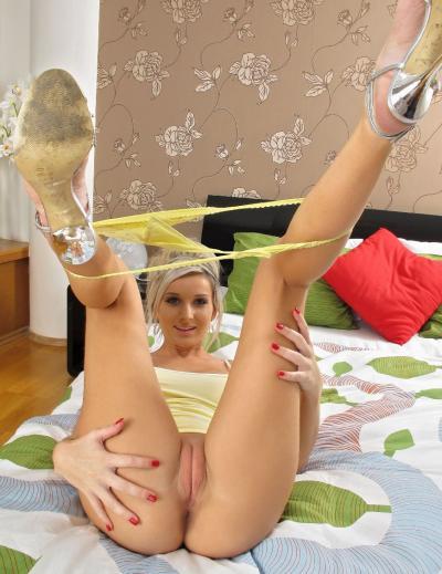 Девушка в позе с поднятыми вверх ногами 13 фото