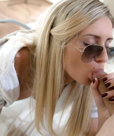 Девушка в очках сосет член (15 фото)