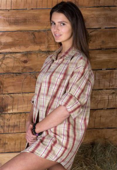 Милая девушка в рубашке 4 фото